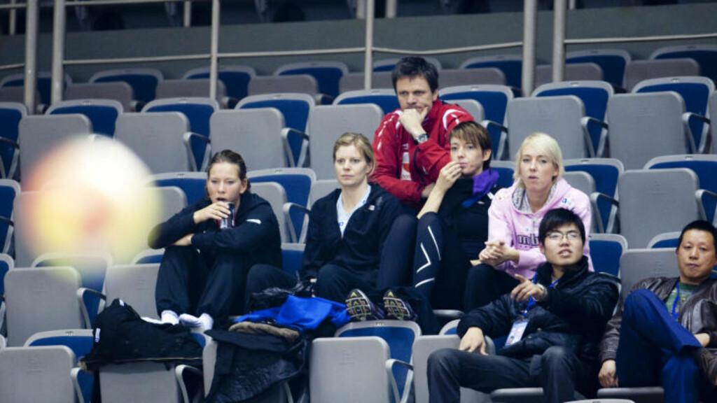 PÅ TRIBUNEN: Da Norge møtte Chile i VM i fjor, satt Siri Seglem, Tonje Larsen, Kristine Lunde-Borgersen og Katrine Lunde Haraldsen på tribunen. Foto: GORM KALLESTAD/SCANPIX
