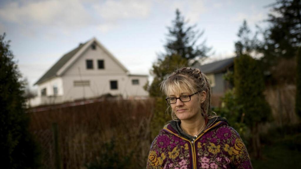 - HADDE BLØDD ENDEL: Nabo og lege Victoria Øvregaard utenfor huset der en 16-åring ble knivstukket på Austre Åmøy utenfor Stavanger i morges.  16-åringen kom over til henne etter at han var blitt knivstukket.   Foto: Tommy Ellingsen / Scanpix.