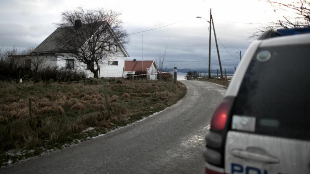 KNIVSTIKKING:  Politibil ved huset der en 16 åring søndag morgen ble knivstukket på Austre Åmøy utenfor Stavanger.  Foto: Tommy Ellingsen / Scanpix.