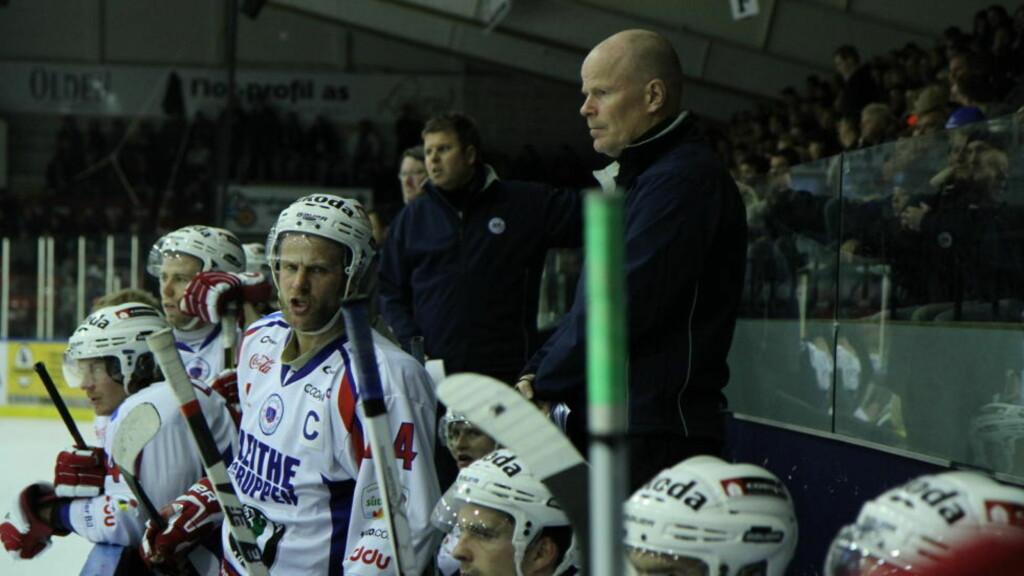 SLITER: Lørenskog-trener Knut Jørgen Stubdal har tunge dager. Søndag kom lagets tredje strake tap.  Foto: Roy Wahlstrøm