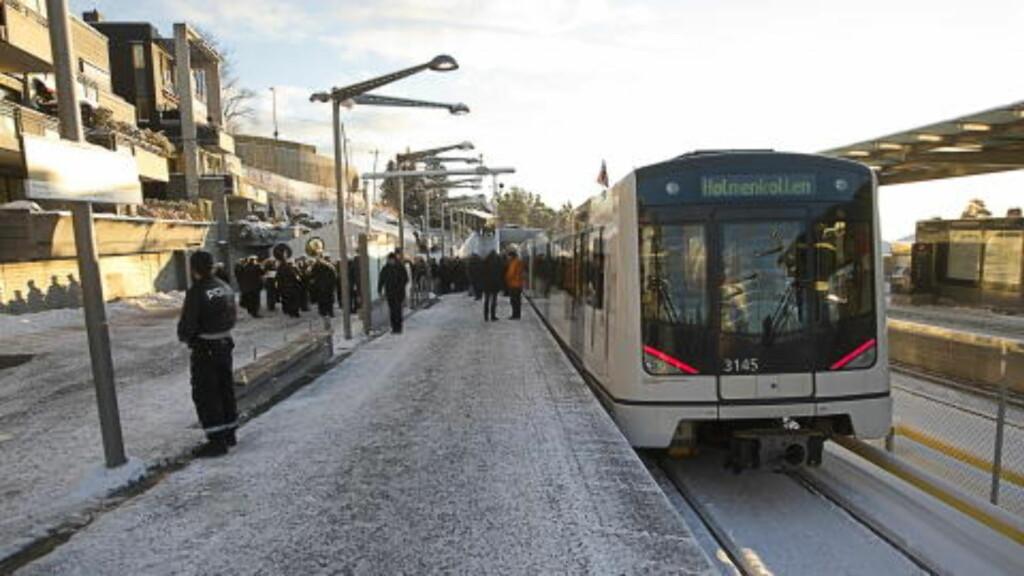 KLAR TIL BRUK: Den nye Holmenkollbanen ble åpnet mandag formiddag av kong Harald. Foto: Terje Bendiksby / Scanpix