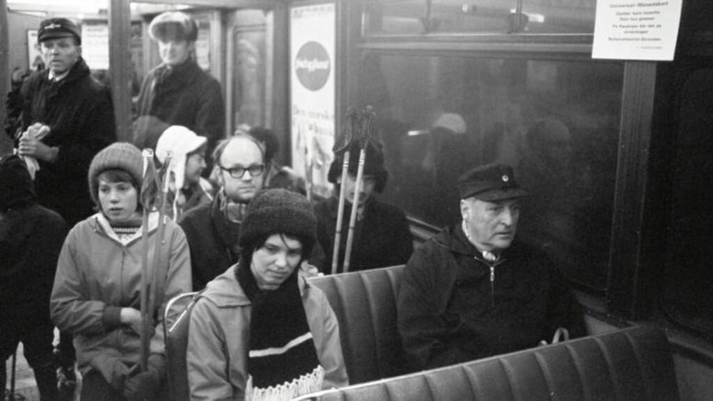BLE VERDENSKJENT: Bildet av Berit Okkenhaug og Kong Olav på trikken i 1973 har vært trykket i utallige aviser. Foto: Odd Wentzel