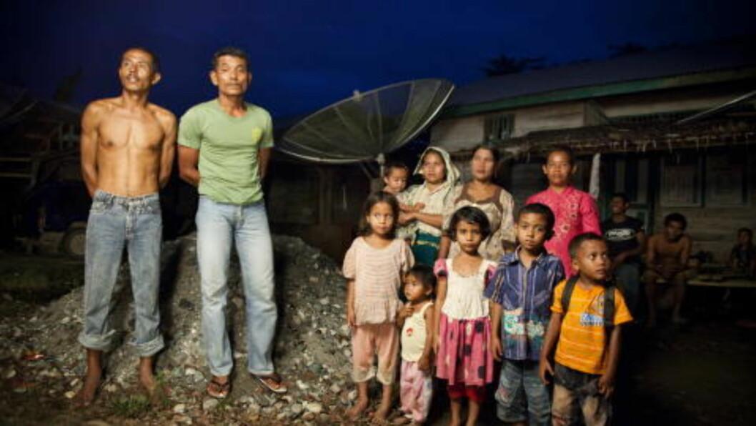 MISTET LAND: Dagbladet møtte i fjor urbefolkning i Ache-provinsen i Indonesia. Rasidyin og Aliyus med familiene sine forteller hvordan de har mistet landet sitt fordi myndighetene oppga det til palmeoljeplantasjer. Foto: Sigurd Fandango / Dagbladet