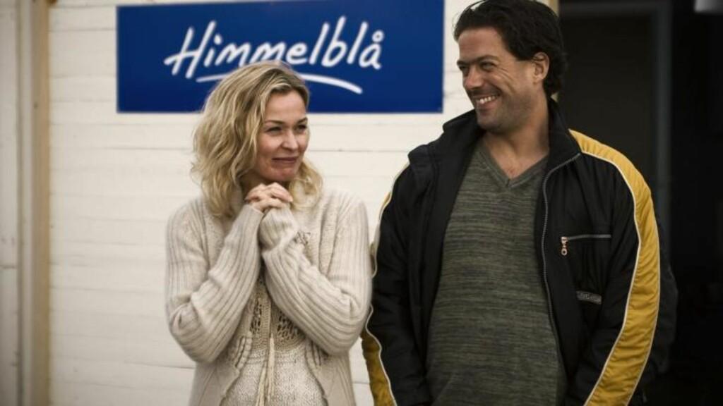 ALLES MARIT: Her er Line Verndal i rollen som Marit i «Himmelblå», sammen med Roland, spilt av Terje Skonseng Naudeer. Foto: NRK
