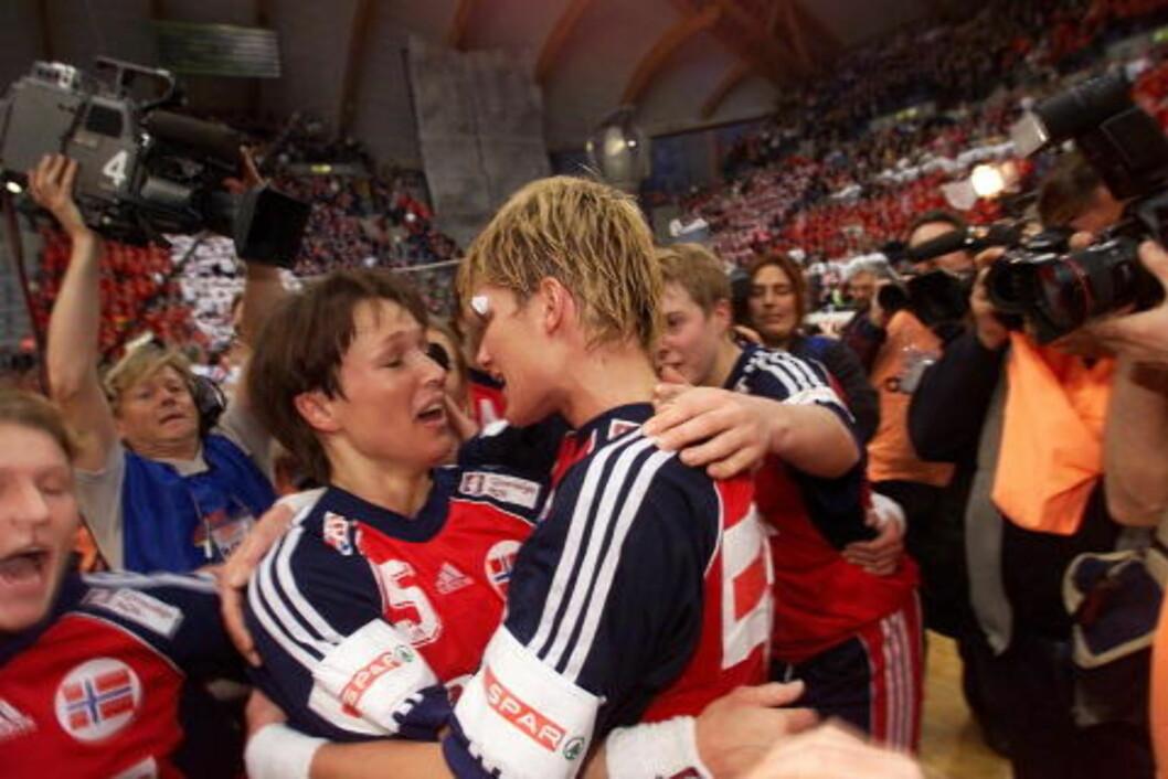 <strong>TIDENES:</strong> For 11 år siden spilte Susann Goksør Bjerkrheim og Kjersti Grini tidenes mest dramatiske kamp på norsk jord, da Norge vant VM-finalen mot Frankrike etter ekstraomganger. Foto; ESPEN RASMUSSEN
