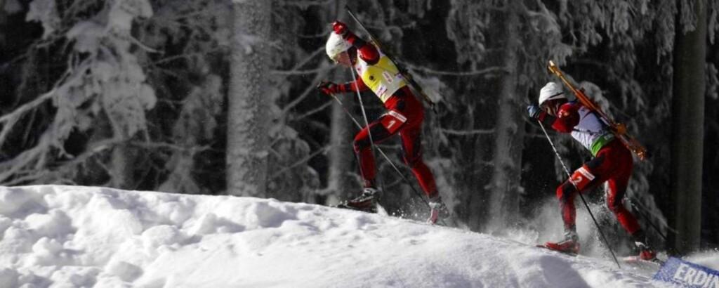 DREIT I Å DRA: Ole Einar Bjørndalen lot Emil Hegle Svendsen gå først i løypa gjennom mesteparten av jaktstarten på søndag. Etterpå var den unge trønderen frustrert, og sa det rett ut på TV. Foto: Ints Kalnins, Reuters/Scanpix