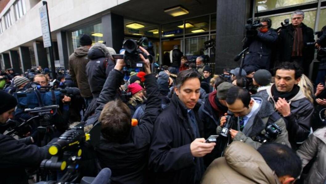 <strong>KAOS FORAN LOKALENE:</strong> Den store interessen for Julian Assange skaper kaos foran rettsbygningen i London. Foto: AP Photo/Gareth Fuller, PA/Scanpix