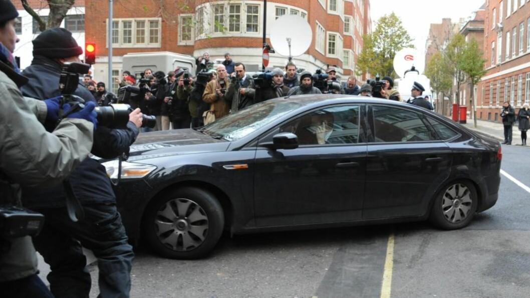 <strong>MYE OPPMERKSOMHET:</strong> Her kommer bilen som angivelig transporterte Julian Assange til retten i London. Foto: EPA/Facundo Arrizabalaga/Scanpix