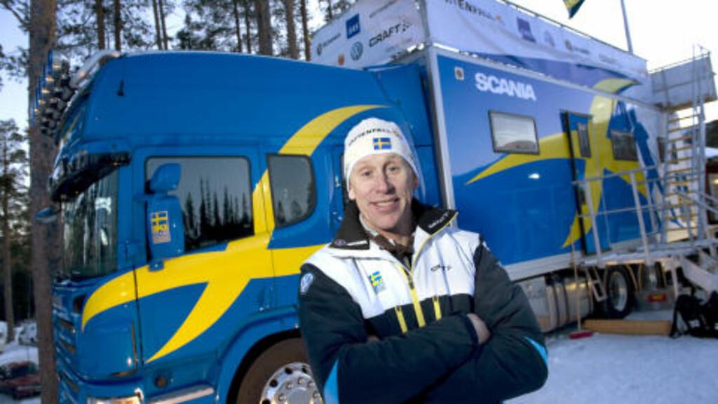 SMØREBUSSEN: Det svenske langrennslandslagets rullende smørestasjon var Jönssons transportmiddel til Sveits. Det var tidliger landslagssjef Gunde Svan som ordnet med bussene. Foto: Anders Wiklund / SCANPIX