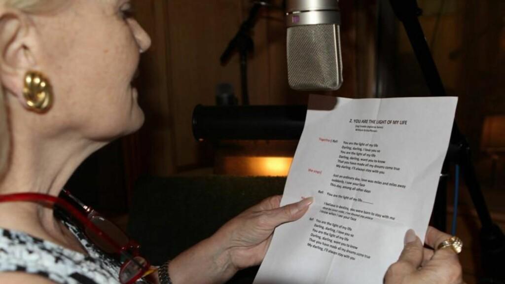 SYNGER MED OLE IVARS: Den amerikanske artisten Lynn Anderson synger med Ole Ivars på den engelske versjonen av «Jag trodde änglarna fanns» Foto: Lynn Anderson