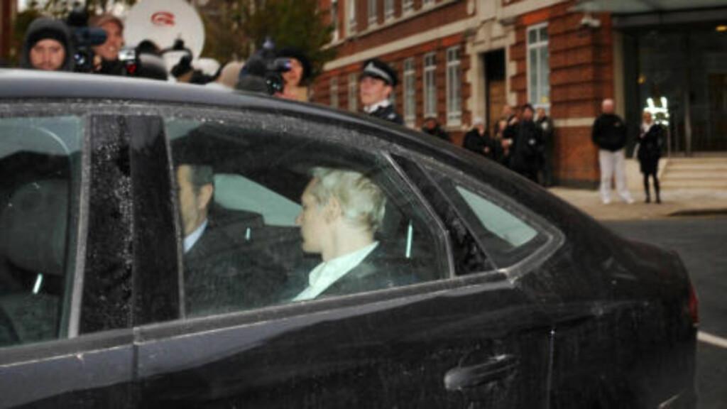TIL RETTEN: Her ankommer Wikileaks-grunnlegger Julian Assange Westminster Magistrates Court i London. Foto:  AP Photo/ Stefan Rousseau/PA/Scanpix