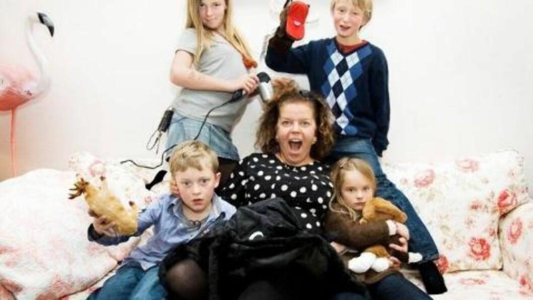 <strong>SLITSOMT:</strong> Else Kåss Furuseth synes hun har vært nok mor for en stund etter å ha passet Sara (12), Simen (11), Didrik (7) og Erika (8) et helt døgn. Foto:  NRK.