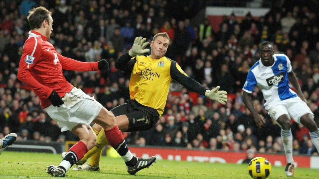 - VIL BLI: Agenten til Dimitar Berbatov sier han tror bulgareren vil spille i Manchester United ut karrieren. Så lenge han fortsetter å score fem mål av og til, slik han gjør mot Blackburn på dette bildet, kan det hende United vil beholde ham ut karrieren også. Foto: Roger Parker, EPA/Scanpix