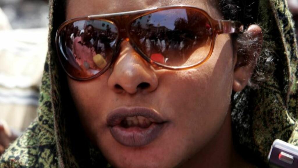 PISK OG FENGSEL: Journalisten Lubna Hussein ble først dømt til 40 piskeslag for å ha gått i langbukser på offentlig sted. Etter reaksjoner ble dommen omgjort til en pengebot. Da Hussein nektet å betale, ble hun kastet i fengsel. Foto: REUTERS/Mohamed Nureldin Abdallah/SCANPIX