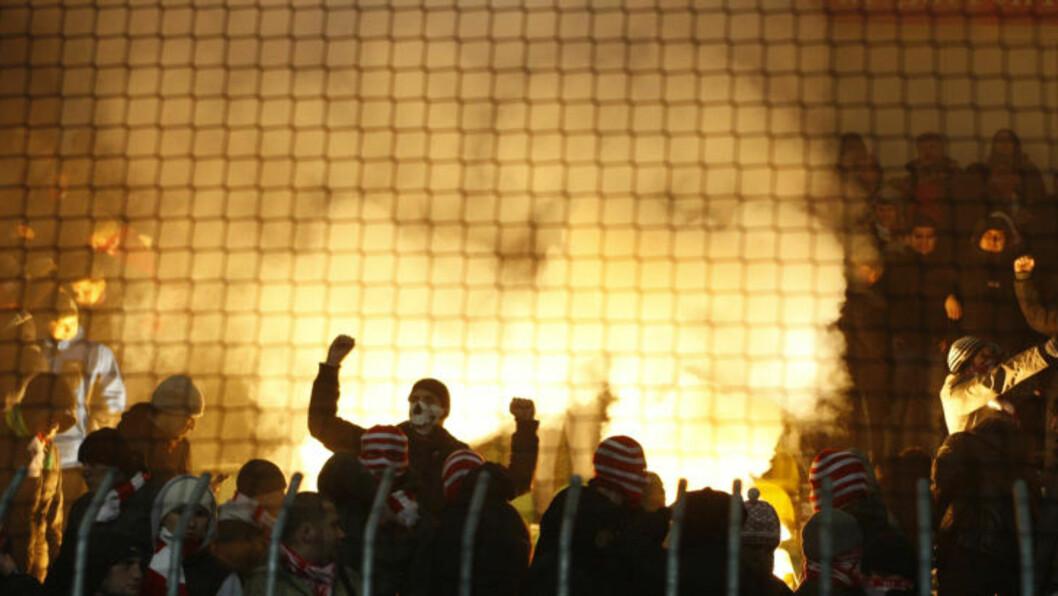 BRÅKMAKERE: Tilreisende Spartak Moskva-supportere begynte tidlig å tenne opp bluss, som ettetrhvert også ble kastet inn på banen. Dermed ble kampen mot Zilina stoppet i 22 minutter.Foto: SCANPIX/AP Photo/Petr David Josek