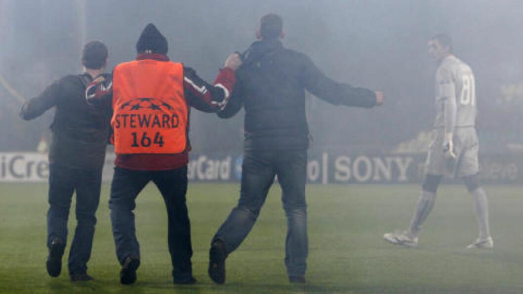 INVADERTE BANEN: Enkelte Spartak-supportere tok seg også inn på banen i Zilina.Foto: SCANPIX/REUTERS/David W Cerny