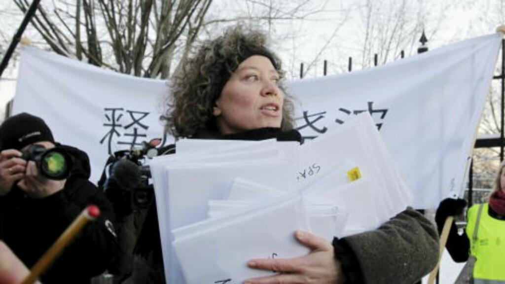 100 000 UNDERSKRIFTER:  Ina Tin fra Amnesty International utenfor Kinas ambassade i Oslo med 100 000 underskrifter til støtte for fredsprisvinner Liu Xiaobo. Foto: Morten Holm / Scanpix