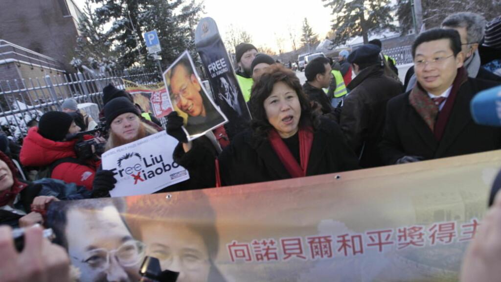 MARKERTE SIN STØTTE:  Rundt 200 personer demonstrerer til støtte for fredsprisvinner Liu Xiaobo utenfor den kinesiske ambassaden på Vinderen i Oslo torsdag ettermiddag, blant dem flere eksilkinesere. Foto: Morten Holm / Scanpix