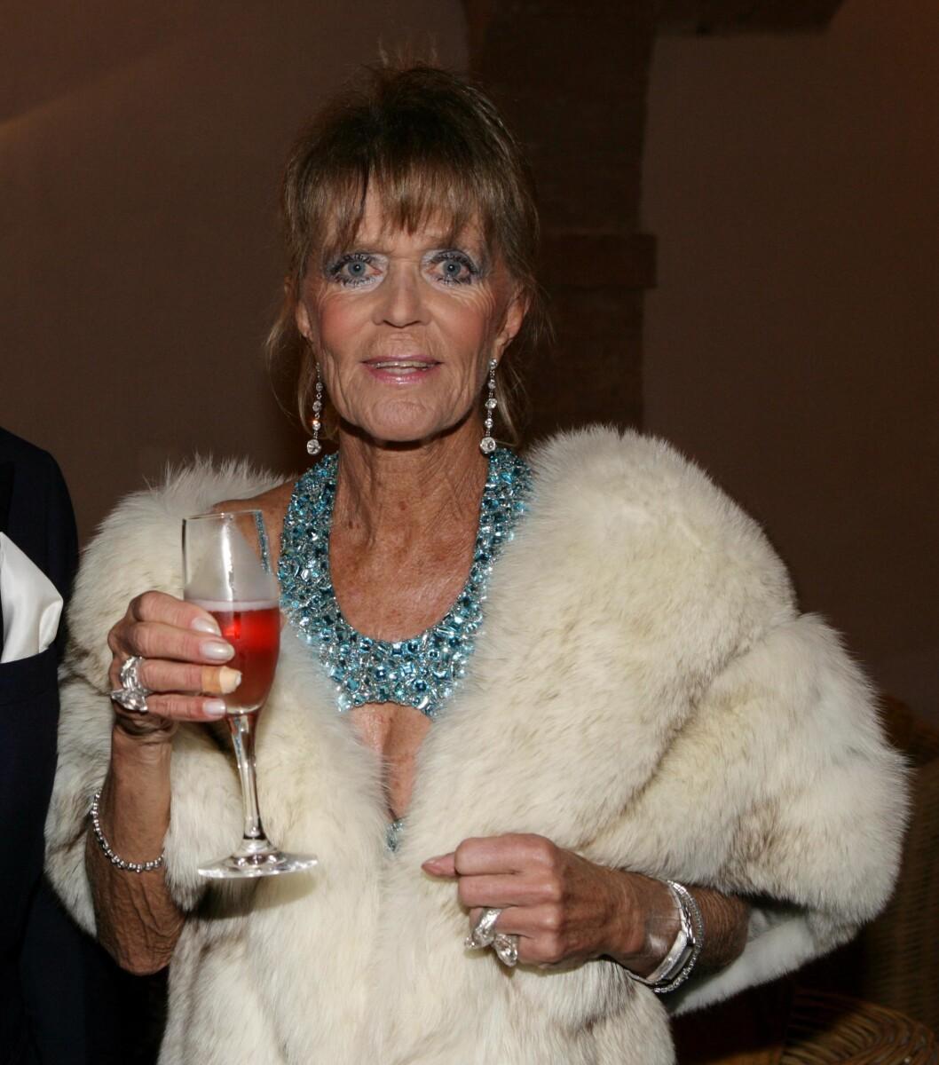 SKÅL: Prinsesse Birgitta feiret 70-årsdagen med sprudlende drikke i glasset. Foto: All Over