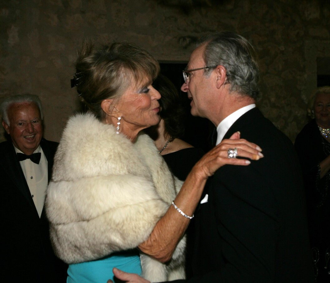GLAD I SØSTEREN: Kong Carl Gustaf var på plass da Birgitta feiret 70-årsdag, og han sto først i køen blant gratulantene. Foto: All Over