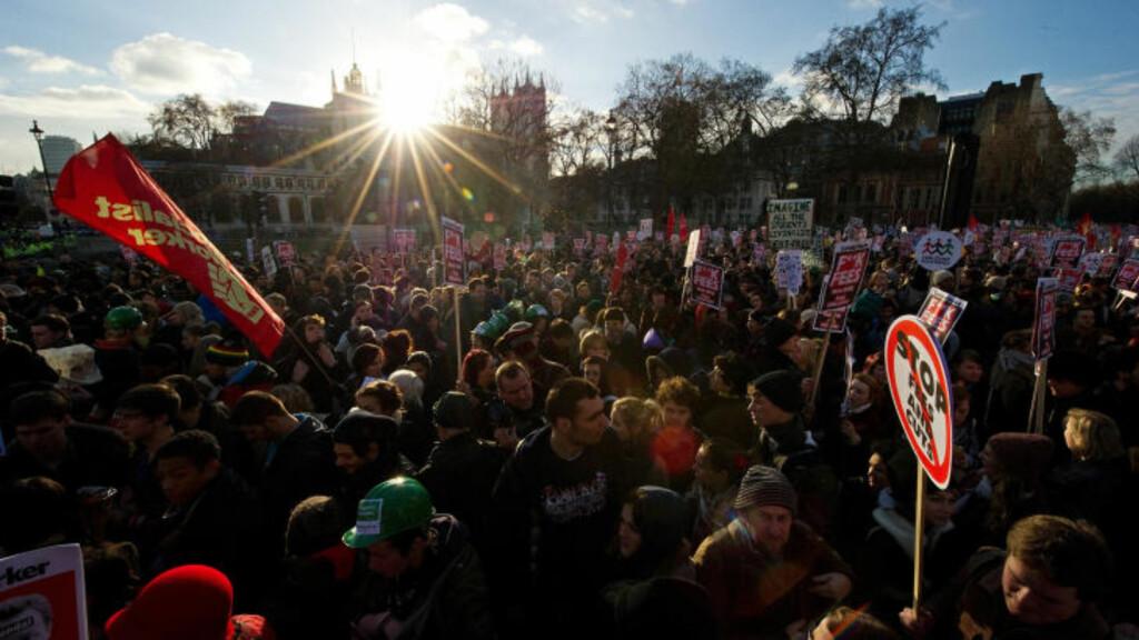 FOLKEFULLT:  Studentene har møtt opp mannsterke i demonstrasjonen mot de folkevalgtes avstemning i Parlamentet. Politiet har slått ring om demonstrantene for å beholde kontrollen. Foto: Leon Neal/AFP/Scanpix