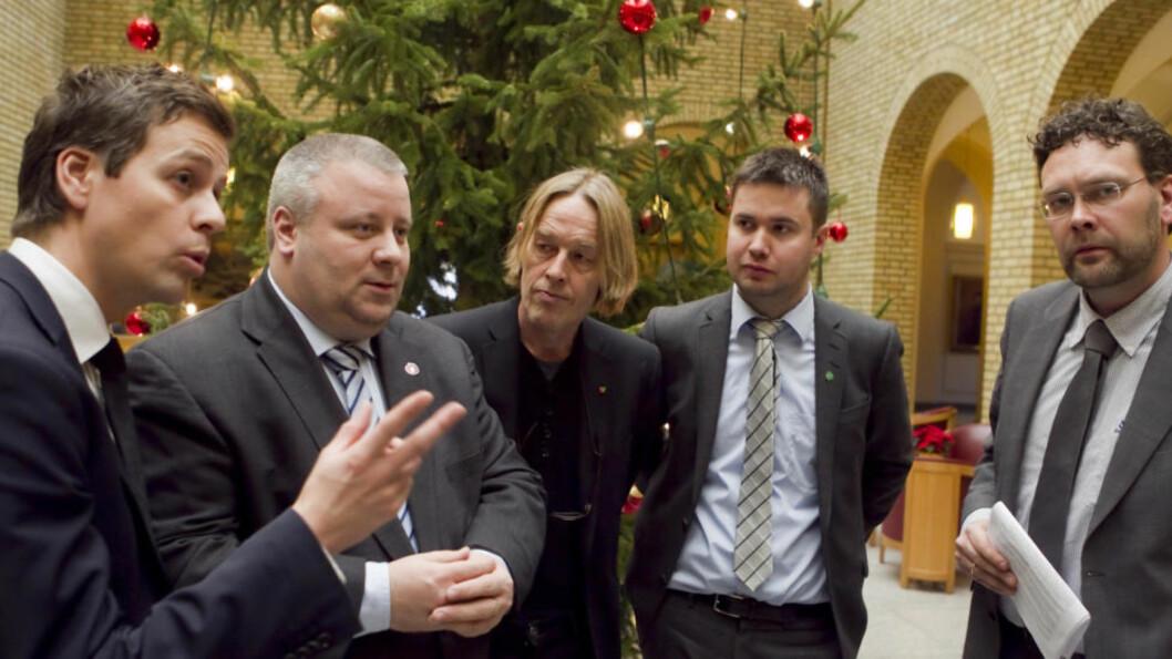 STERKT UENIGE: Det er uklokt å presse gjennom et vedtak om datalagringsdirektivet nå, mener de fem politikere (f.v.) Knut Arild Hareide (KrF), Bård Hoksrud (Frp), Hallgeir Langeland (SV), Geir Pollestad (Sp) og Helge Solum Larsen (V). Foto: Heiko Junge / Scanpix