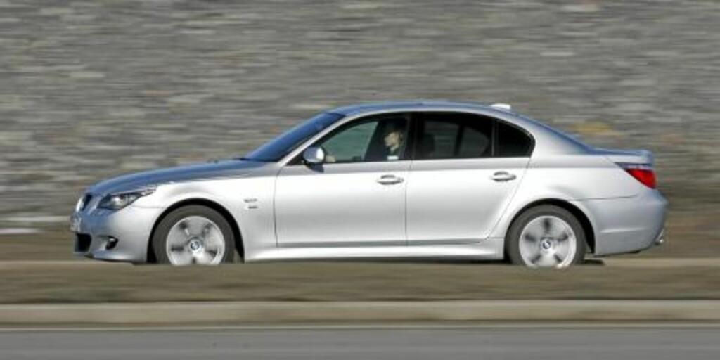 KJØREKONGEN: BMWs forrige 5-serie er en veldig moderne og flott bil sett selv i dagens målestokk. Og den kjører utrolig godt. Foto: Andreas Handeland