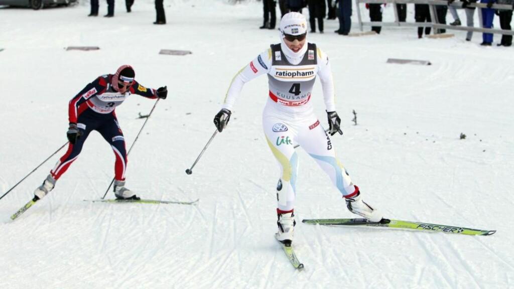 IKKE I SLAG: Charlotte Kalla (t.h) går ikke Davos-rennet i morgen, på grunn av et snev av sykdom. Foto: EPA/PEKKA SIPOLA