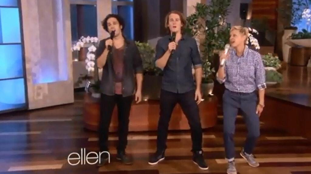 JUBEL: Publikum klappet begeistret da Bård og Vegard Ylvisåker framførte låten «The Fox» på det amerikanske talkshowet «Ellen».