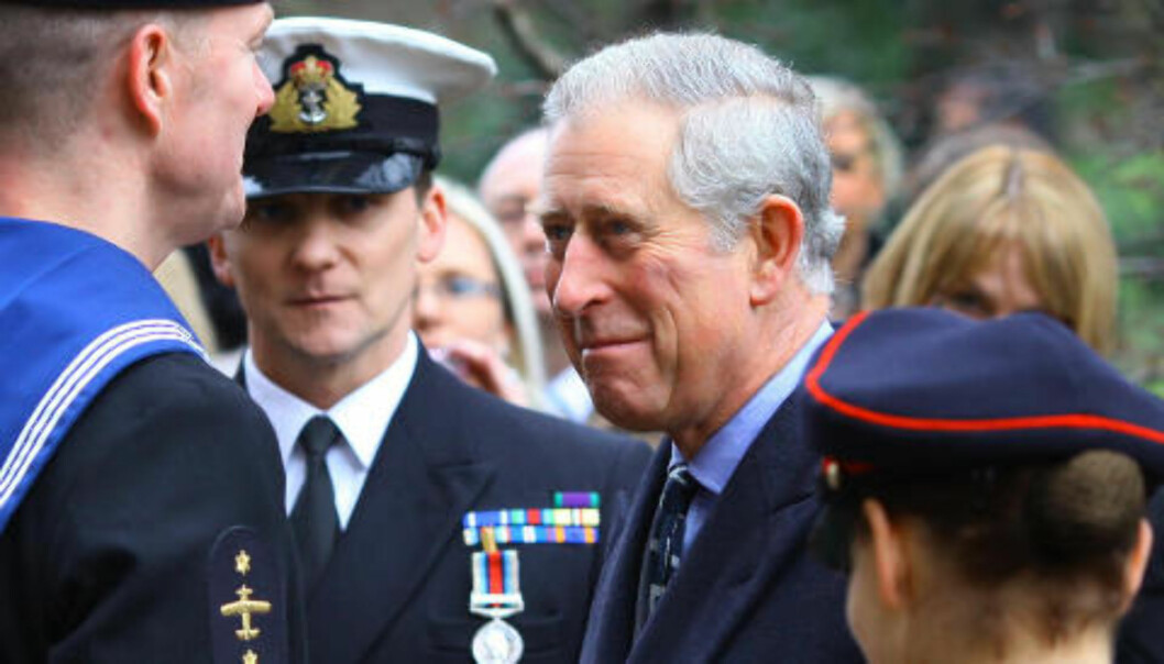 USKADD: Prins Charles deltok i dag på en seremoni for helikopterpiloter i det britiske luftforsvaret på Clarence House. Foto: AP/Gareth Fuller/Scanpix