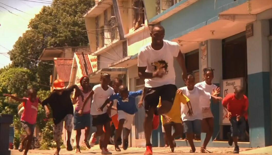 VISER FRAM SPRINTFERDIGHETENE: Ikke overraskende løper Usain Bolt i mange av scenene i videoen til sin nye låt «Faster then lightning» Foto: Fra videoen