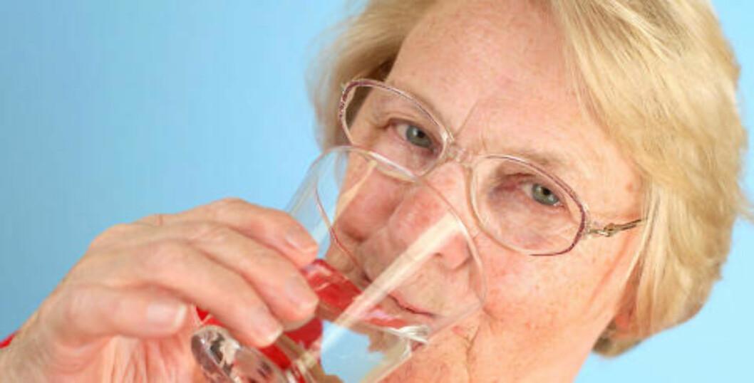 SKYLLER MED ALKOHOL: De fleste av oss motvirker dårlig ånde med å pusse tenner flere ganger daglig, og ved å bruke munnskyll. Mange munnskyll som selges i Norge inneholder alkohol, noe som har en uttørrende effekt. Personer med munntørrhet advares spesielt mot å bruke munnskyll med alkohol, da det kan forværre tilstanden. Illustrasjonsfoto: www.colourbox.com