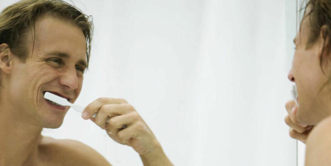 SKYLLER MED ALKOHOL: De fleste av oss motvirker dårlig ånde med å pusse tenner flere ganger daglig, og ved å bruke munnskyll. Nesten alle munnskyll som selges i Norge, inneholder alkohol. Illustrasjonsfoto: www.colourbox.com
