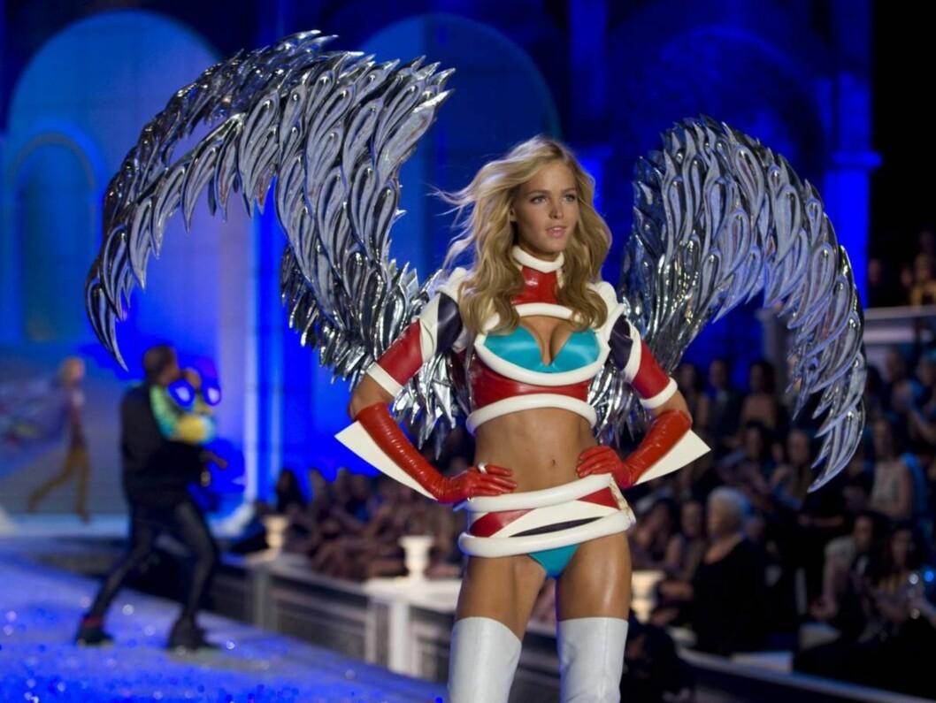AVANSERT UNDERTØY: Erin Heatherton viser fram et av de mer originale undertøyssettene til Victoria's Secret. Foto: All Over Press