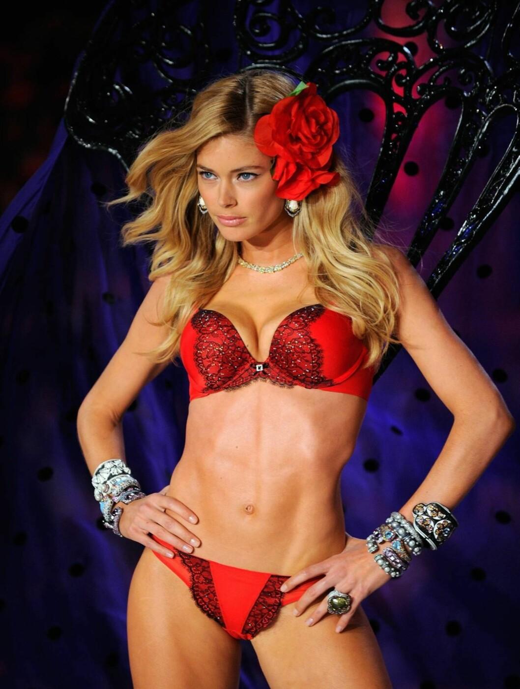 LADY IN RED: Doutzen Kroes viser fram julegavetips fra Victoria's Secret. Foto: All Over Press