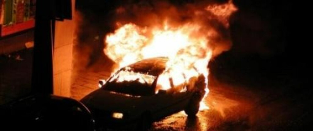 I BRANN: Slik så bilen ut kort tid etter eksplosjonen. Foto: Günther Mårder