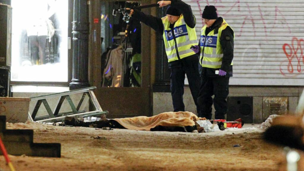 SPRENGTE SEG SELV: En mann døde i en eksplosjon i Stockholm lørdag, og svenske medier mener det dreier seg om et selvmordsangrep. Et øyenvitne sier han forsøkte å gå mannen førstehjelp. Foto: REUTERS / Fredrik Persson / Scanpix