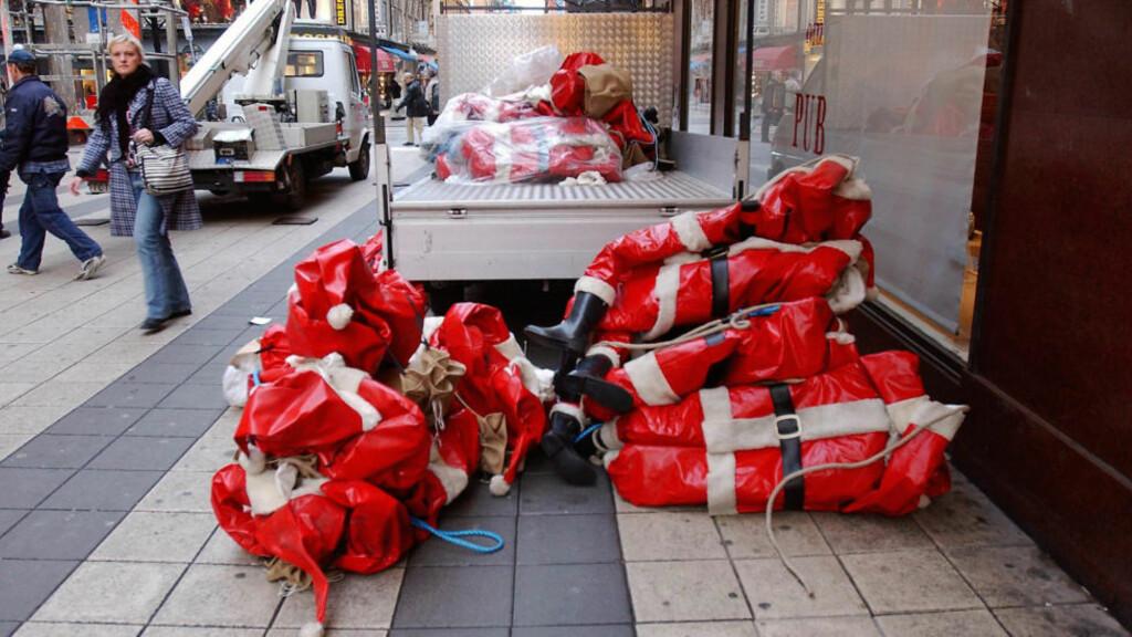 JULEPYNT: Det er julestemning og utstillingsnisser som skal synes i gatebildet i Drottninggatan i desember - ikke politifolk og sperringer. Nå varsler handelsstanden i Stockholm at de hever sikkerhetsberedskapen. Foto Bjørn Larsson Ask / SCANPIX