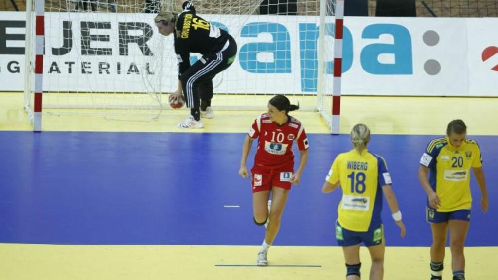 SKUFFET: Gro Hammerseng har her redusert til 2-4, men nærmere enn det kom faktisk ikke Norge mot de svenske jentene. FOTO: BJØRN LANGSEM
