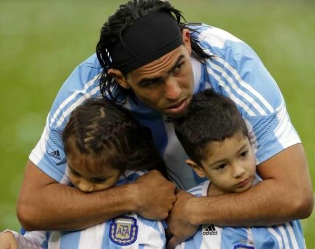SAVNER BARNA: Savnet etter sine to barn skal være en av grunnene til at Tevez vil vekk fra City. Foto: AP Photo/ Natacha Pisarenko, file