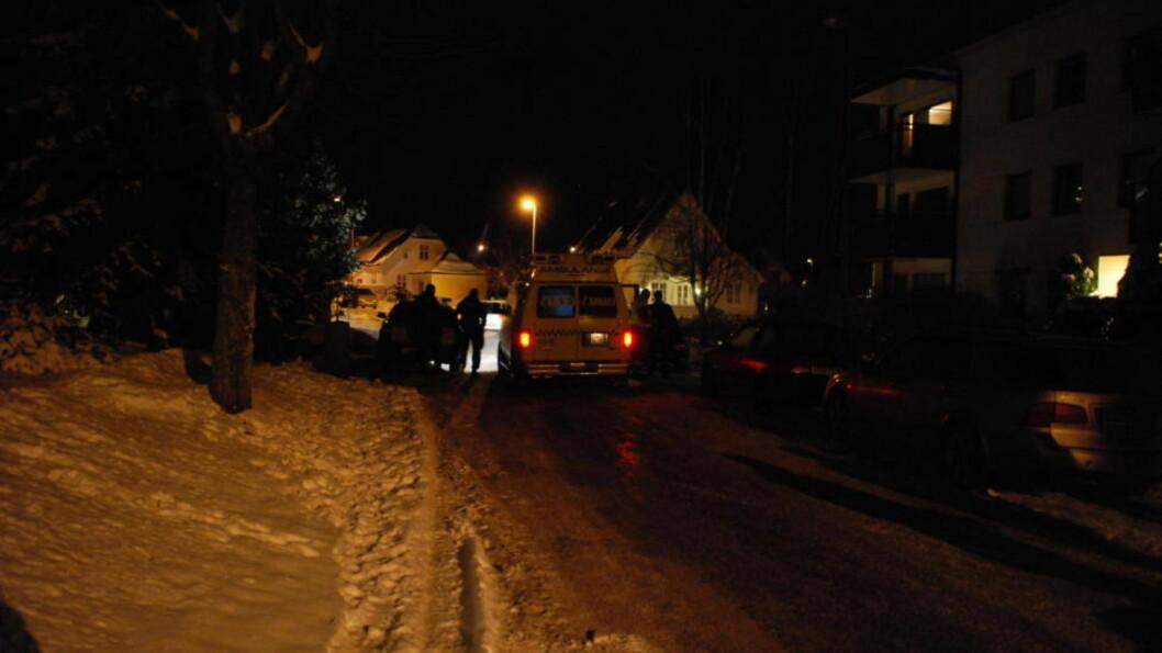 BARE OFFERET AVHØRT:  49-åringen som ble truffet av tre skudd i Tønsberg i natt, bor i huset til høyre for ambulansen. I ettermiddag har han forklart segt for politiet på sykehuset i Tønsberg, de to mennene - 24 og 42 - som er siktet for medvrikning til drapsforsøk, hadde ikke forklart seg søndag kveld. FOTO: LASSE LJUNG, NYHETSFOTO.