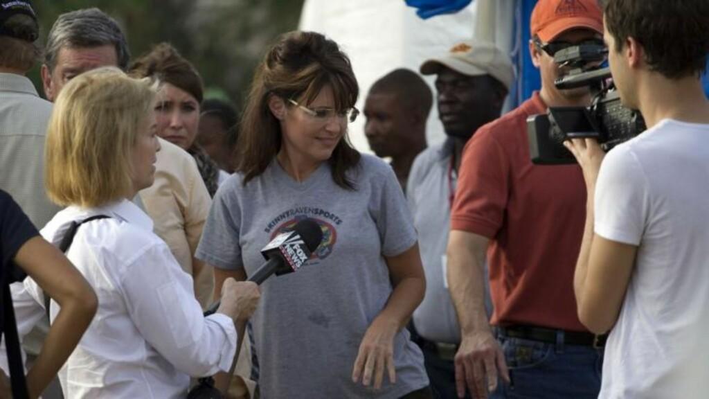 INTERVJUES: Palin intervjues av Fox Channels journalist Greta Van Susteren i Haiti. Foto: AP Photo/Ramon Espinosa