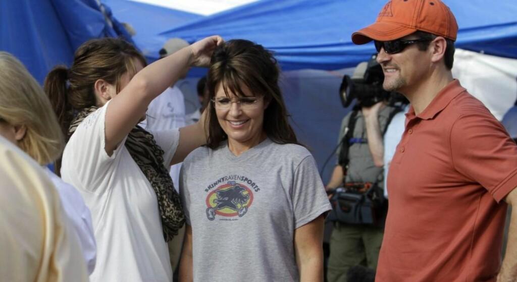 PÅ HAITI: Tidligere guvernør i Alaska, Sarah Palin, måtte fikse seg litt på håret før hun møtte kolerasyke innbyggere på Haiti på lørdag.Til høyre: Palins ektemann, Todd Palin. Foto: AP Photo/Dieu Nalio Chery