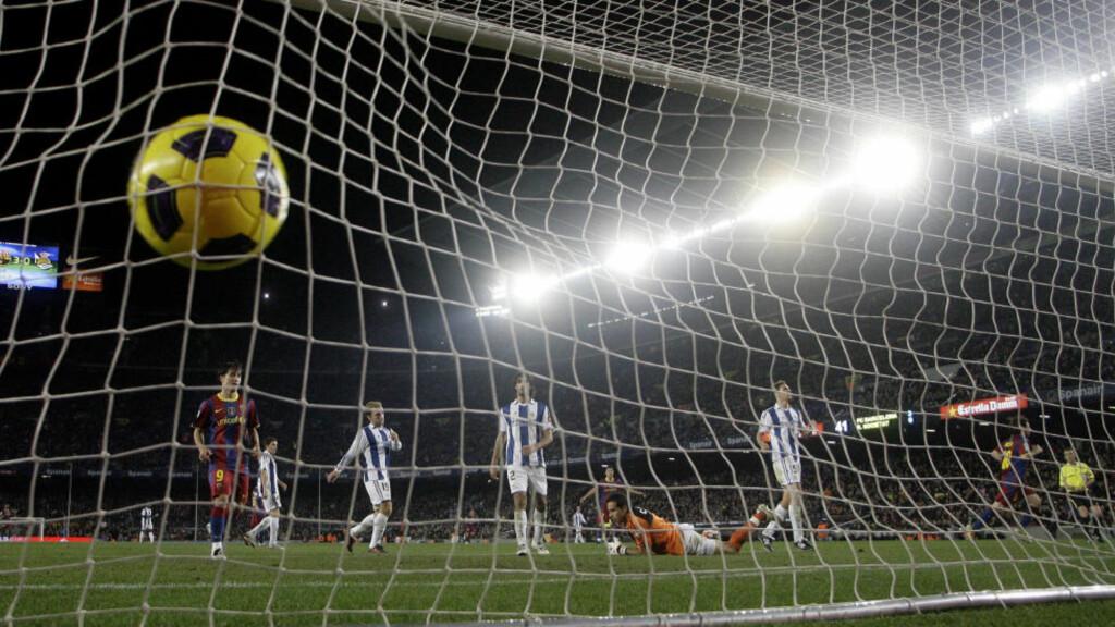 PASSE GOD: Barcelona-angriper Lionel Messi (til høyre i bildet) feirer en av sine scoringer mot Real Sociedad i kveld.Foto: SCANPIX/AFP/JOSEP LAGO