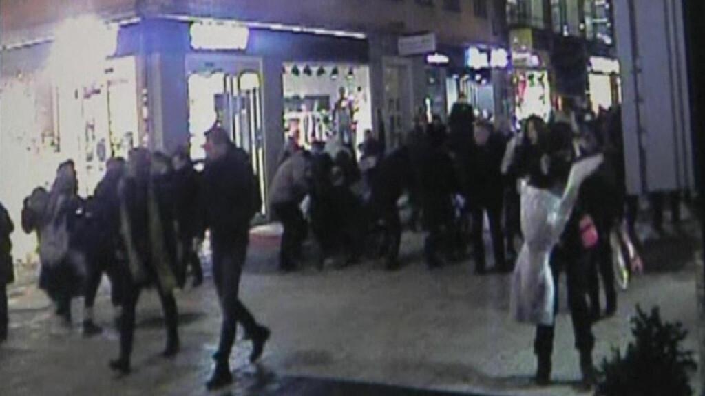 NÆRE PÅ: Overvåkningsbildene fra Drottningagatan lørdag, da en liten del av bombemannens konstruksjon eksploderte i en stikkgate, viser folk som flykter i alle retninger i det tettpakkede julerushet.