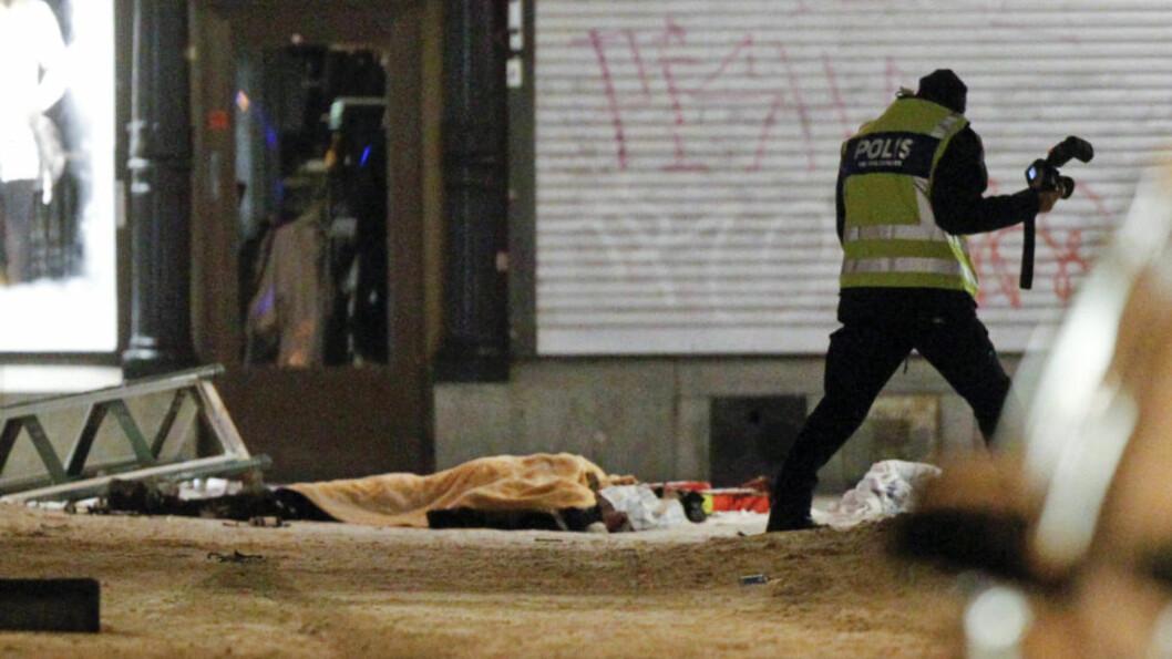 PÅ VEI MOT FOLKEMENGDEN: Politiet i Sverige mener noe gikk galt og en av de mange bombene gjerningsmannen hadde med seg detonerte. Mannen døde momentant. Foto: REUTERS/Fredrik Persson/Scanpix