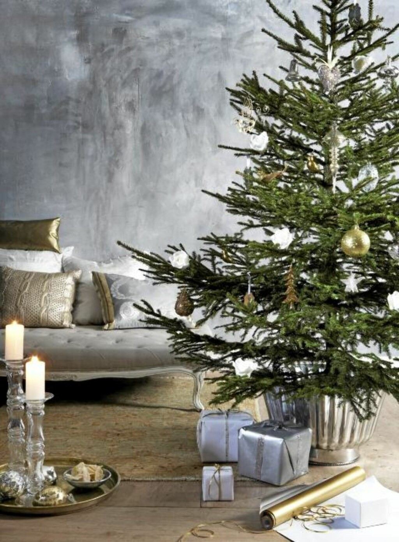 PEN BEHANDLING: Behandler du juletreet pent, glitrer det lenge i stua. Foto: Margaret M. de Lange
