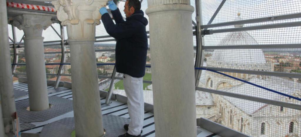 OMFATTENDE RESTAURERING: Flere hundre spesialister har de siste årene jobbet med å rehabilitere Pisas berømte tårn. Alle marmorpilarene og steinblokkene har blitt renset manuelt. Foto: AFP PHOTO/SCANPIX