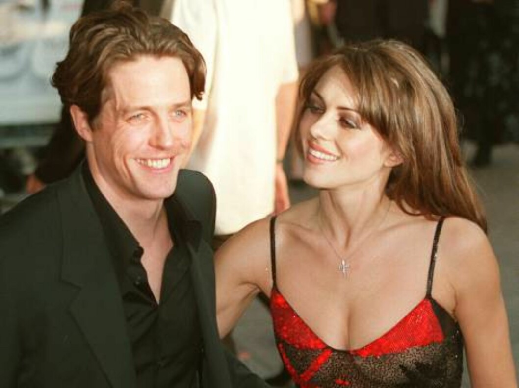 Hugh Grant, star of the new film Notting Hill, poses for photographers with his long time girlfriend Liz Hurley, at the film's premiere Tuesday April 27, 1999 at London's Leicester Square. (AP Photo/Dave Thomson) Foto: AP