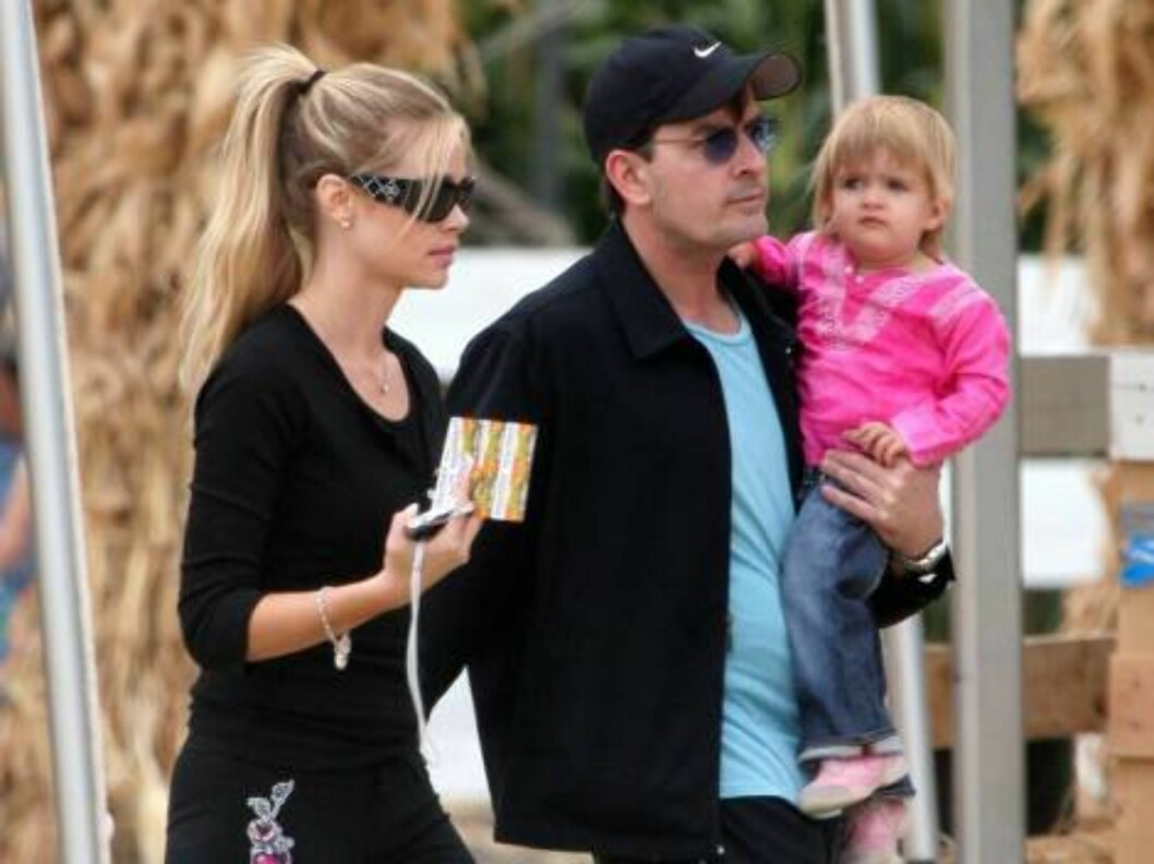 Split couple Denise Richards and Charlie Sheen spend the week end together and take their two children Sam and Lola to a pumpkins patch in Los Angeles. October 16, 2005 X17agency exclusive / ALL OVER PRESS Foto: All Over Press